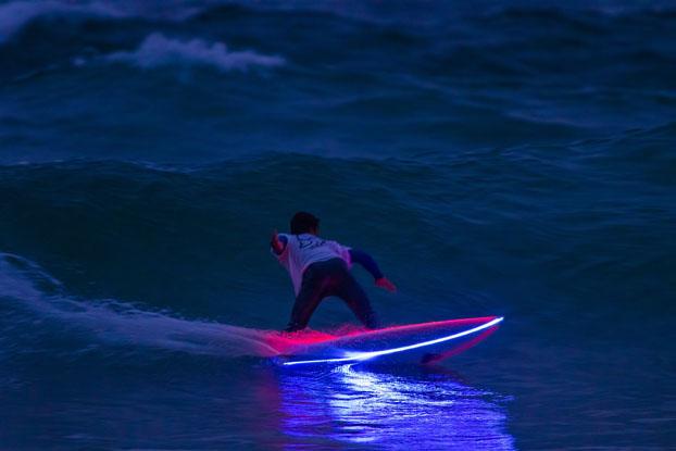 Tablas de surf con iluminaci n led se esta poniendo de - Fotos de tabla de surf ...